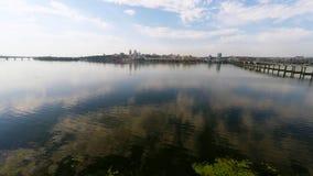 Panorama van de stad en de rivier van een hoogte stock video