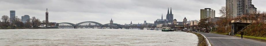 Panorama van de stad Keulen - de rivier Rijn en Hohenzollern-Brug met de Kathedraal van Keulen Royalty-vrije Stock Afbeelding