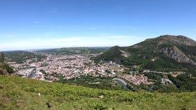 Panorama van de stad van Lourdes, beroemd voor zijn bedevaart stock footage