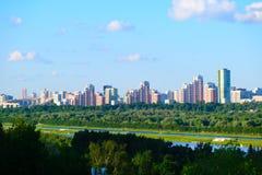Panorama van de stad van Moskou van de heuvel stock foto's