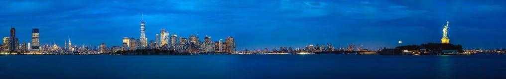 Panorama van de stad van New York en vrijheidsstandbeeld stock afbeelding