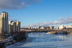Panorama van de stad over de bevroren rivier Royalty-vrije Stock Foto's