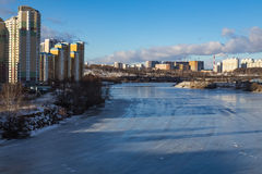 Panorama van de stad over de bevroren rivier Royalty-vrije Stock Fotografie
