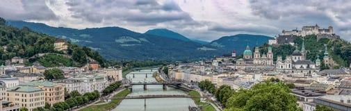 Panorama van de Stad van Salzburg en Salzach-Rivier op Bewolkte Hemel stock foto's