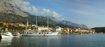 Panorama van de stad van Makarska onder Biokovo Stock Foto