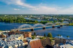 Panorama van de stad van Riga met spoorwegbrug stock afbeelding