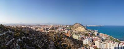 Panorama van de stad van Santa Barbara Castle, het overzees en het deel van de berg waar de vesting Royalty-vrije Stock Afbeeldingen