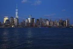 Panorama van de Stadshorizon van New York bij schemer die Één World Trade Center (1WTC) kenmerken, Freedom Tower, de Stad van New Stock Foto