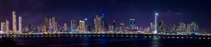 Panorama van de Stadshorizon van Panama bij nacht - de Stad van Panama, Panama Stock Afbeelding