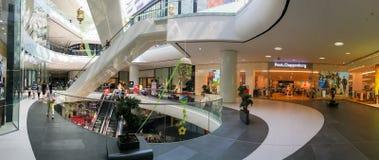 Panorama van de Stormloop van de Mensenmenigte in het Winkelen het Binnenland van de Luxewandelgalerij royalty-vrije stock foto