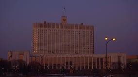 Panorama van de straat van Moskou en Overheidshuis van de Russische Federatie Zonsondergang stock footage