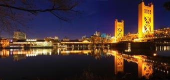 Panorama van de Torenbrug in Sacramento bij nacht stock foto's
