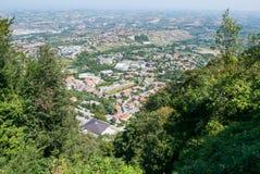 Panorama van de valleien die San Marino, een klein onafhankelijk land omringen dat door Italiaans grondgebied wordt omringd royalty-vrije stock afbeeldingen