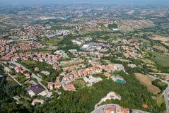 Panorama van de valleien die San Marino, een klein onafhankelijk land omringen dat door Italiaans grondgebied wordt omringd royalty-vrije stock afbeelding