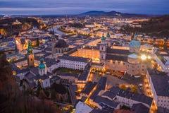 Panorama van de Vesting van Salzburg bij zonsondergang in Kerstmistijd, Oostenrijk royalty-vrije stock fotografie