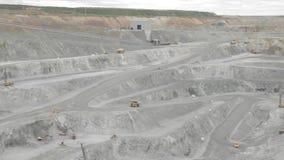 Panorama van de de vrachtwagens en installaties van de koper open kuil stock videobeelden