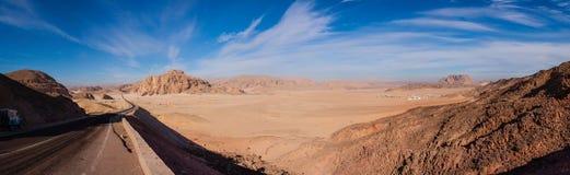 Panorama van de woestijn in Egypte en de wegrek aan de horizon Stock Afbeeldingen