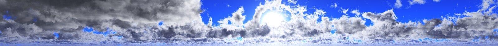 Panorama van de wolken en de zon, het licht in de hemel, de zon in de wolken Royalty-vrije Stock Afbeeldingen