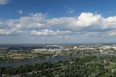 Panorama van de zogenaamde Oude Donau in Wenen, Oostenrijk royalty-vrije stock foto