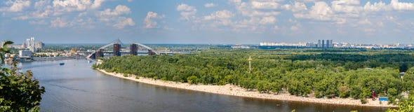 Panorama van Dnieper-rivier in Kiev, de Oekraïne Royalty-vrije Stock Afbeeldingen