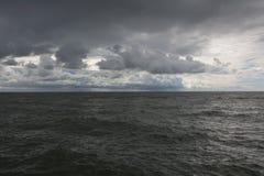 Panorama van donkere hemel en overzeese golven stock afbeelding
