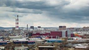 Panorama van dorp van stedelijk type met CHP, de verstedelijkte tijdspanne van de gebiedstijd stock footage