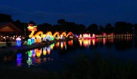 Panorama van draak en andere vertoningen bij Chinees lantaarnfestival stock afbeelding