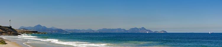 Panorama van Duivels` s strand en het Copacabana-fort stock foto's