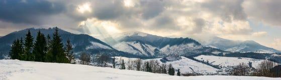 panorama van een bergachtig platteland in de winter stock afbeelding