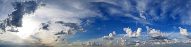 Panorama van een de zomerhemel met wolken Royalty-vrije Stock Afbeeldingen