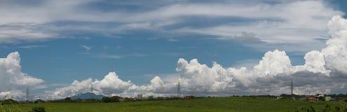 Panorama van een duidelijke blauwe hemel stock afbeeldingen
