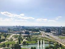 Panorama van een grote hoogte op een mooie groene stad met vele wegen en high-rise gebouwen, gebouwen royalty-vrije stock foto