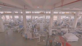 Panorama van een grote moderne gereedschapswerktuigfabriek, heel wat mensen die in de fabriek werken, timelaps fabriekswerkschema stock videobeelden