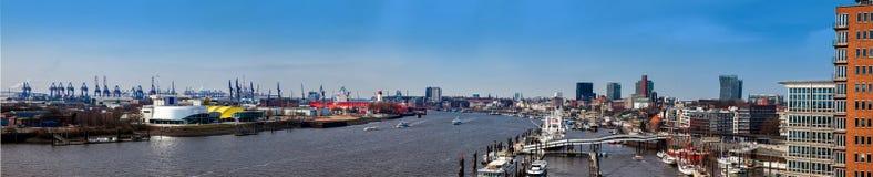 Panorama van een een haven en haven van Hamburg op een mooie vroege de lentedag stock fotografie