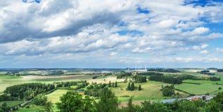 Panorama van een hoge hoogte aan een vallei met gebieden en windmolens Hof, Beieren, Duitsland stock afbeelding