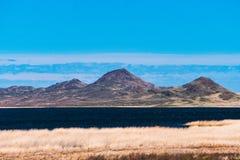 Panorama van een mooi landschap met bergketens en een meer in Kazachstan Stock Foto