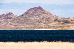 Panorama van een mooi landschap met bergketens en een meer in Kazachstan Royalty-vrije Stock Afbeeldingen