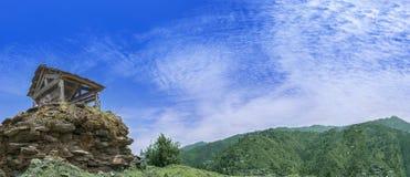 Panorama van een mooi landschap van Janjehli-Vallei, Himalayagebergte stock afbeeldingen