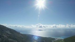 Panorama van een mooie kust met zon stock videobeelden