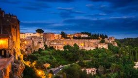 Panorama van een oude stad Pitigliano bij de schemer, kleine oude stad in Maremma-Gebied in Toscanië, Italië royalty-vrije stock afbeelding