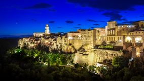 Panorama van een oude stad Pitigliano bij de schemer, kleine oude stad in Maremma-Gebied in Toscanië, Italië royalty-vrije stock foto