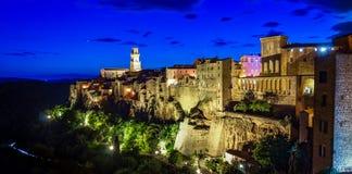 Panorama van een oude stad Pitigliano bij de schemer, kleine oude stad in Maremma-Gebied in Toscanië, Italië stock foto's