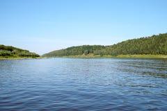 Panorama van een rivier Stock Afbeeldingen