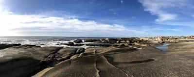 Panorama van een rotsachtig strand in Punta del Diablo stock fotografie