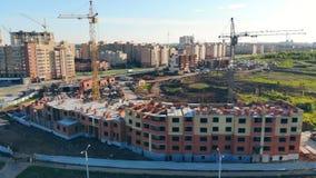 Panorama van een stedelijke gemeenschap die gebouwd worden Bouwwerf bij zonsondergang stock footage