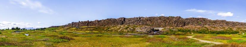 Panorama van een steenafgrond in een nationaal park Thingvellir in IJsland 12 06.2017 Stock Fotografie