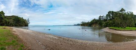 Panorama van een strand met kiezelstenen een rommel van die wordt gemaakt van die stock fotografie