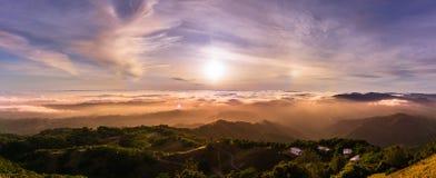Panorama van een zonsondergang over een overzees van wolken die baaigebied behandelen de Zuid- van San Francisco; mooie rollende  stock fotografie