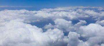 Panorama van eindeloze witte wolken die land behandelen Royalty-vrije Stock Foto