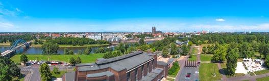 Panorama van Elbe, kathedraal en oude stad in Maagdenburg Stock Foto's